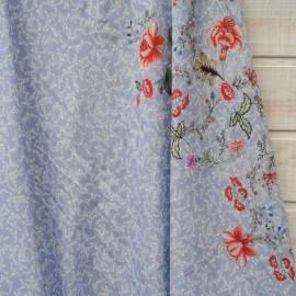Au mètre légère viscose Haute Couture bleue ciel et fleurs rouges en 145cm n°10286