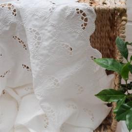 Au mètre magnifique voile de Coton blanc broderie ajourée en 140cm n°10536